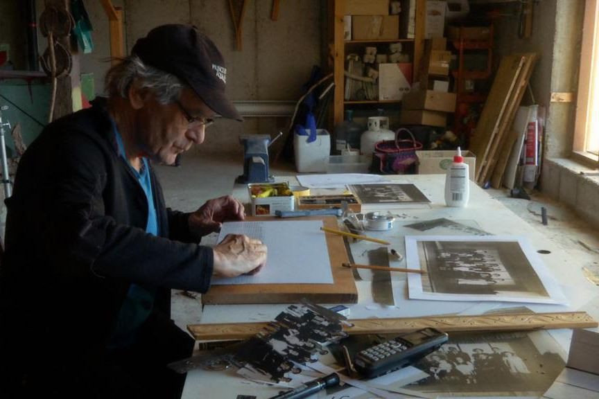 Serge Giguère à sa table de travail. Le... (Photo fournie par la production)