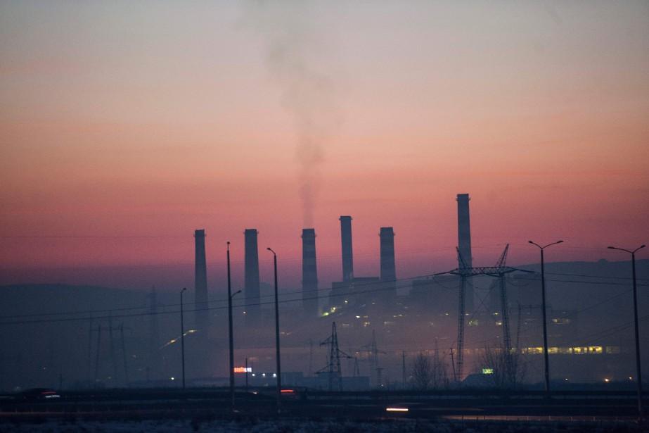 Des cheminées d'une centrale thermique du Kosovo émergent... (PHOTO ARCHIVES AFP)