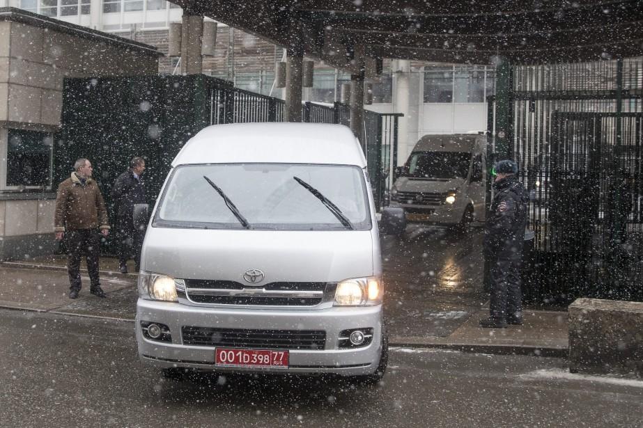 Sous un ciel enneigé, les diplomates britanniques ont... (Photo Pavel Golovkin, Associated Press)