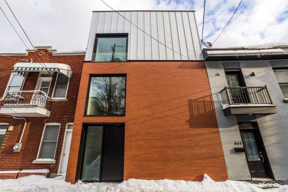 L'immeuble occupe tout l'espace entre le voisin et... (Photo fournie par Sotheby's International Realty Québec)