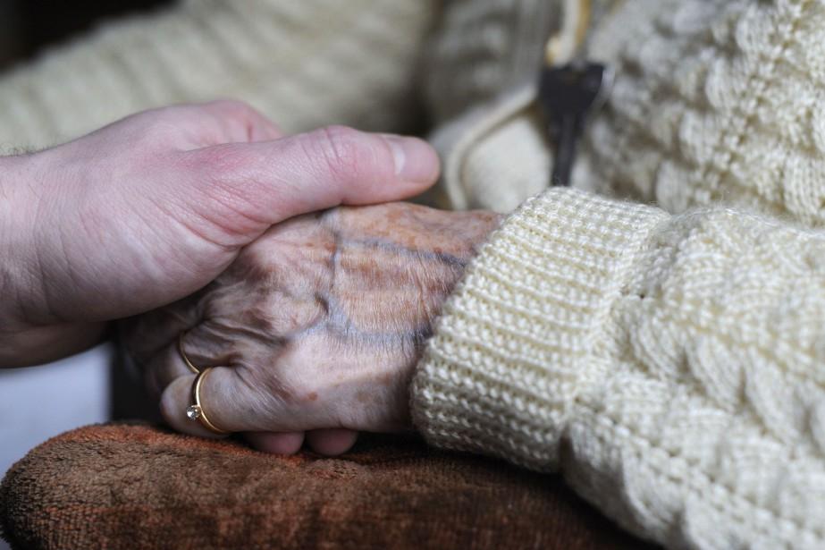 Les aidants naturels non rémunérés de personnes âgées... (photo AFP)