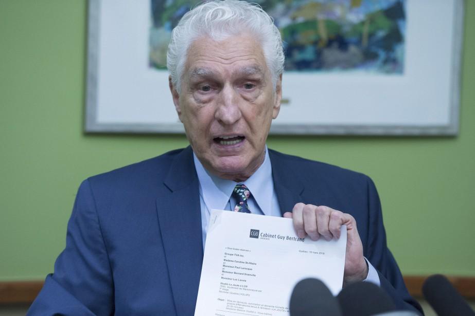 Guy Bertrand tient une copie de la mise... (Photo Jacques Boissinot, La Presse canadienne)