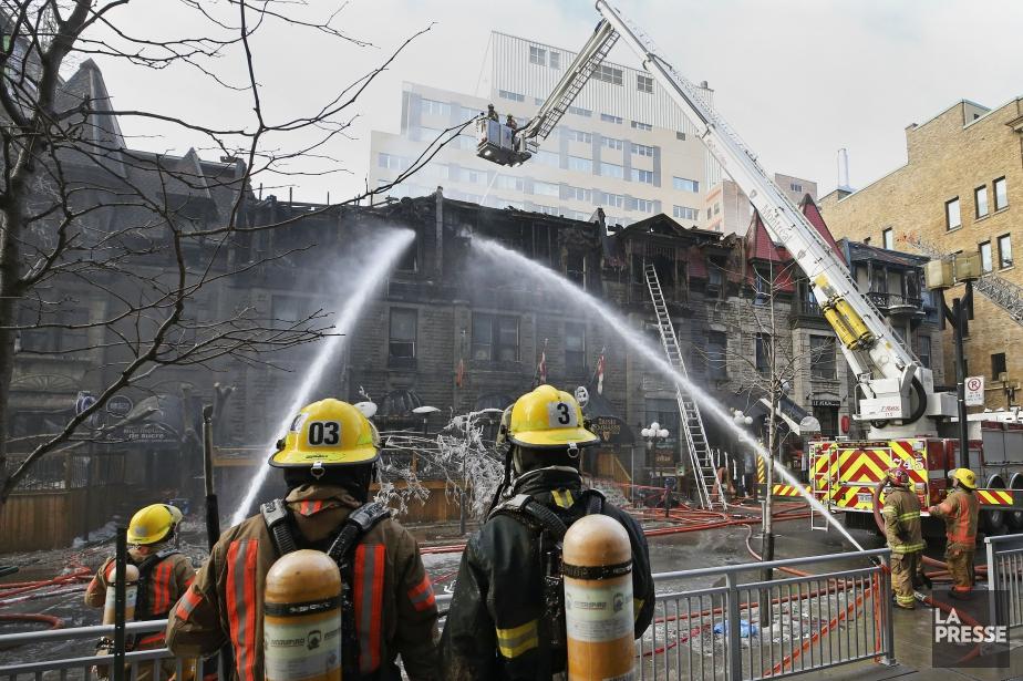 Des résidants du secteur avoisinant ont été évacués... (PHOTO ROBERT SKINNER, LA PRESSE)
