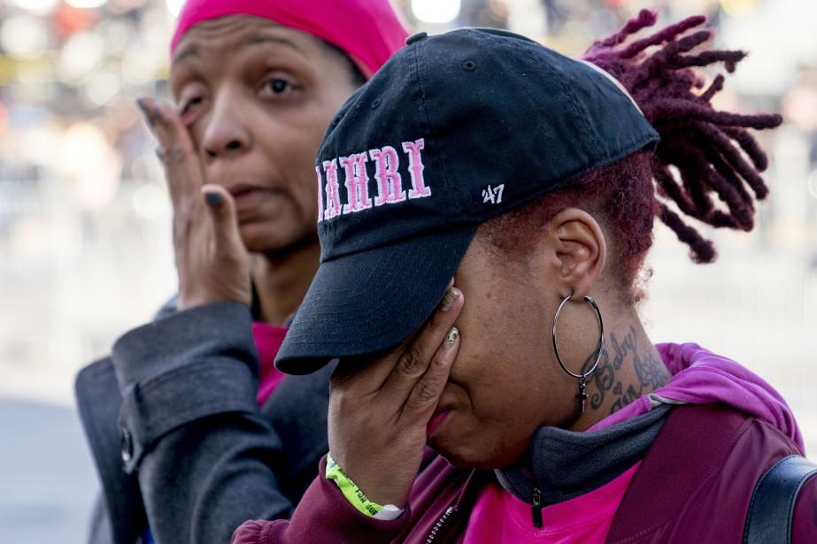 April Amarsh (à droite) et Nicole Spriggs versent des larmes alors qu'elles participent à la marche deWashington.   24 mars 2018
