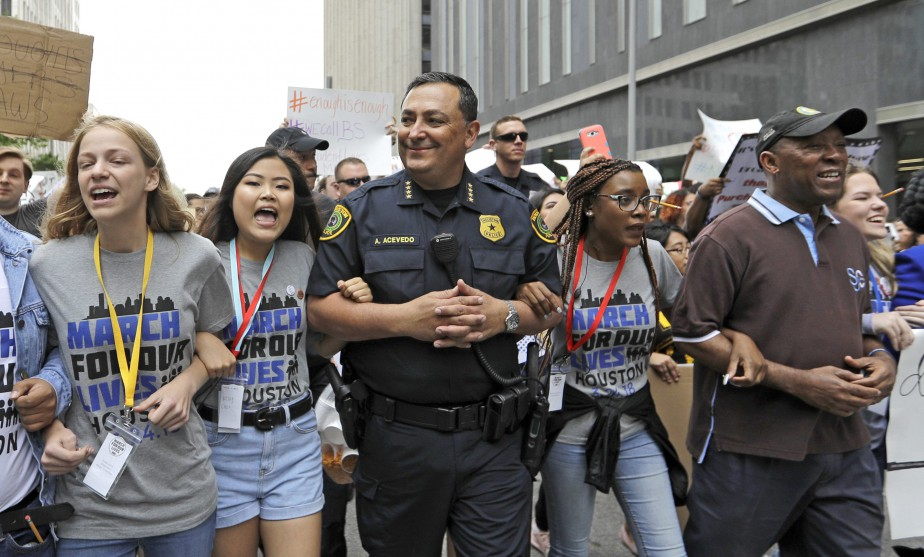 Le chef de police de Houston, Art Acevedo, marche aux côtés de jeunes manifestants.   24 mars 2018
