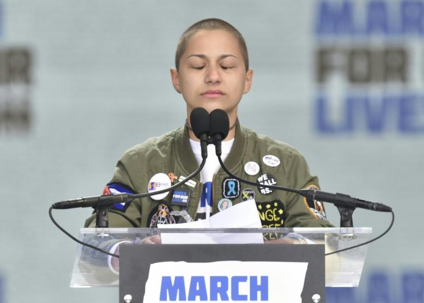 Emma Gonzalez, élève de l'école secondaire Marjory Stoneman Douglas de Parkland, ne peut retenir ses larmes alors qu'elle observe un moment de silence pendant son discours prononcé à Washington.    24 mars 2018