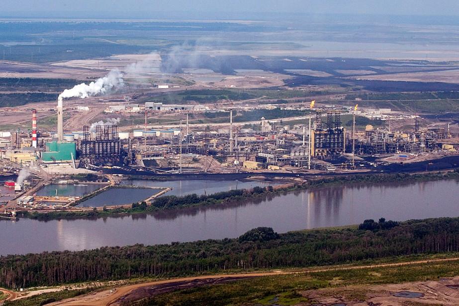 La mine de l'entreprise de sables bitumineux et... (PHOTO JEFF MCINTOSH, ARCHIVES LA PRESSE CANADIENNE)