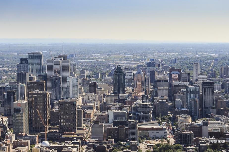 Les annonces pour Montréal se multiplient à l'aube... (Photo Édouard Plante-Fréchette, Archives La Presse)