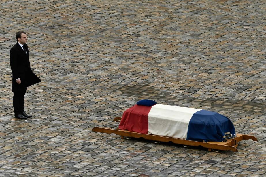 Devant le cercueil de l'officier recouvert d'un drapeau... (AFP)