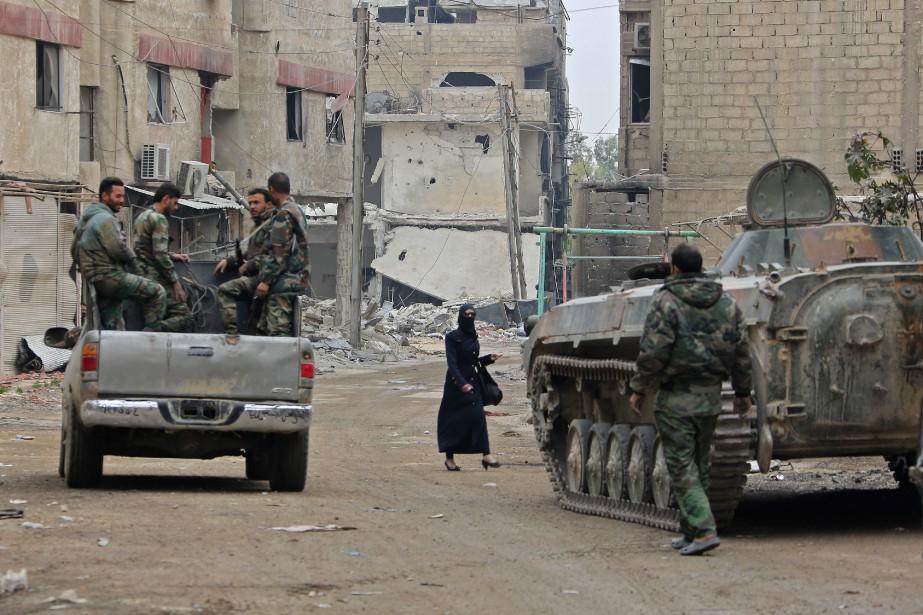 Des véhicules de l'armée syrienne à Hazzeh.... (Photo Agence France-Presse/Stringer)