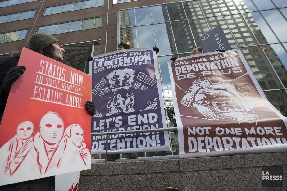 Des gens ont manifesté jeudi dernier devant le... (PHOTO PATRICK SANFAÇON, LA PRESSE)