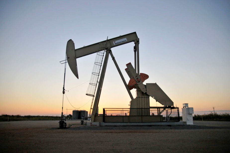 FILE PHOTO: A pump jack operates at a... (Photo Nick Oxford, archives Reuters)