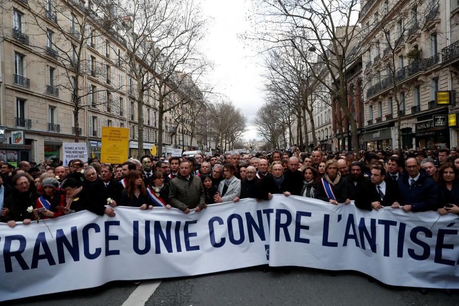 «La France unie contre l'antisémitisme», proclamait la banderole... (PHOTO REUTERS)