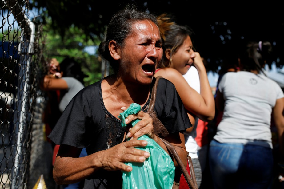 Des proches des détenus étaient incolsolables devant lecommissariat... (REUTERS)