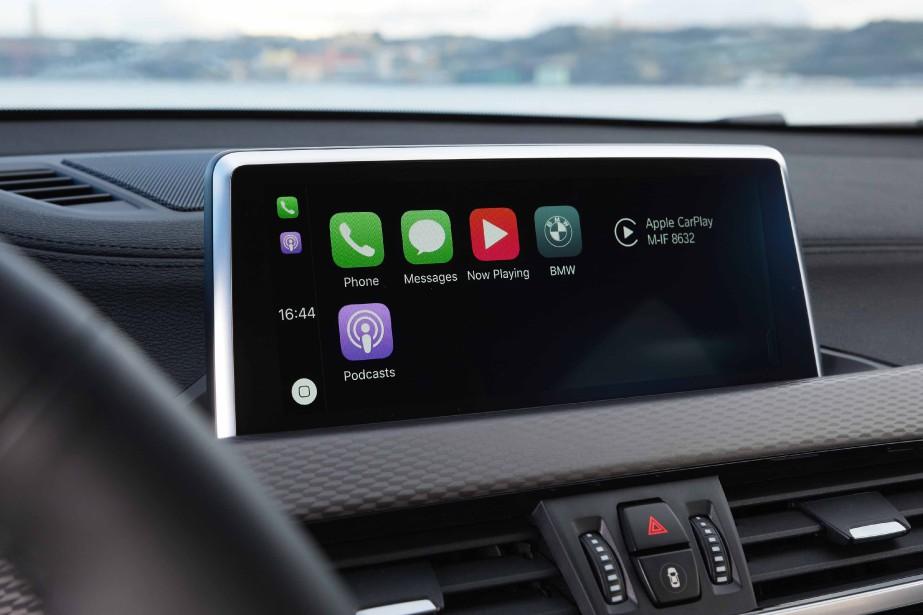 Au chapitre de la connectivité, BMW fait carton plein avec des fonctions multiples et intuitives, mais l'intégration au tableau de bord et la taille de l'écran (de série) sonnent faux dans un environnement censé interpréter la nouvelle signature esthétique de la marque. (La Presse)