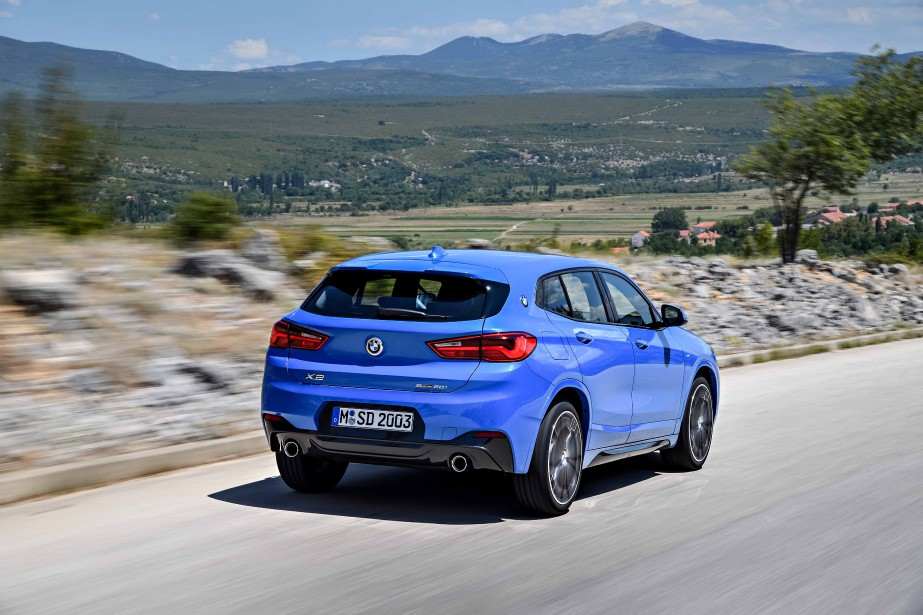 BMW compte déjà deux autres utilitaires (X4 et X6) du même genre dans sa gamme. Son dernier-né, le X2, vient donc agrandir une famille déjà nombreuse, sans véritablement comporter le supplément de créativité attendu. | 29 mars 2018