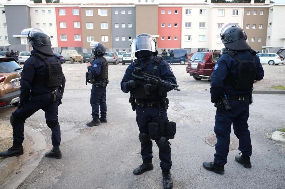 Des membres desBrigades de recherche et d'intervention patrouillent... (PHOTO AFP)