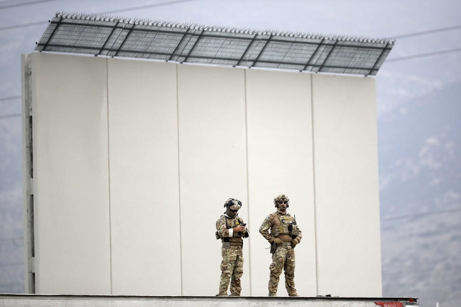 Un des prototypes du mur frontalier exposé à... (PHOTO AP)