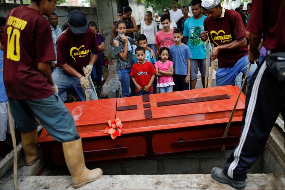 L'enterrement d'un des détenus tués dans la mutinerie... (PHOTO REUTERS)