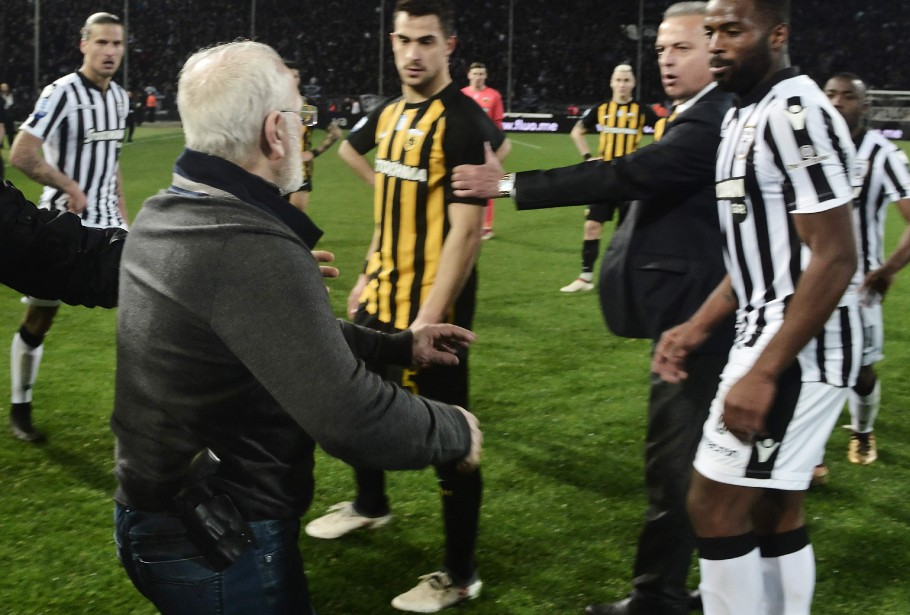 Ivan Savvidis a fait irruption sur le terrain... (PHOTO AFP)