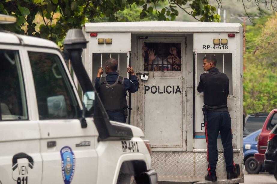 Des policiers transportent des policiers d'un poste de... (PHOTO JUAN BARRETO, AFP)