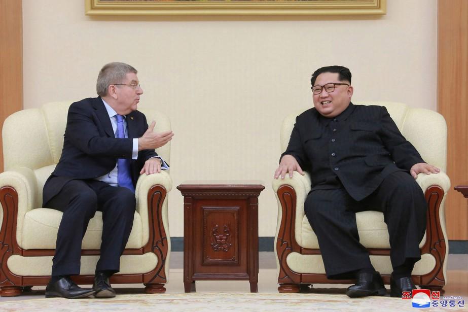 Thomas Bach et KimJong-un... (AP)