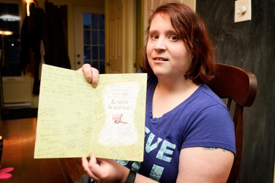 Marie-Ève Lafleur montre la carte qu'elle a reçu... (Photo Bernard Brault, La Presse)