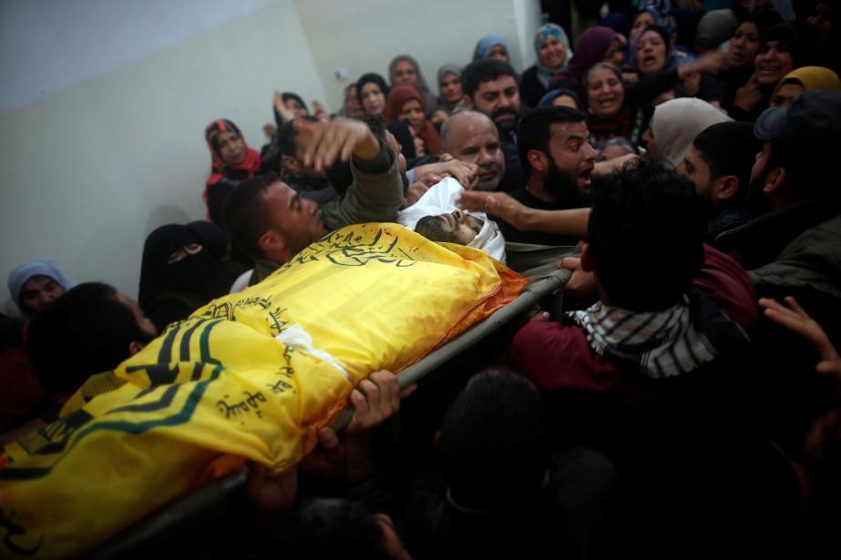 Les proches d'un homme tué par les forces... (PHOTO Suhaib Salem, REUTERS)