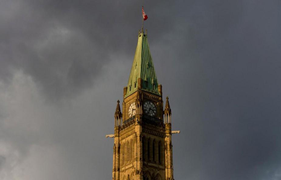 Plus de la moitié des 290000 employés fédéraux... (PhotoAdrian Wyld, Archives La Presse canadienne)