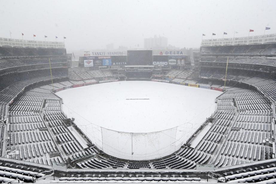 La neige recouvrait la surface de jeu du... (Photo Seth Wenig, AP)