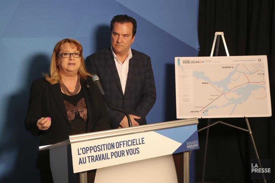 Les députés péquistes Carole Poirier et Alain Therrien... (Photo Robert Skinner, La Presse)