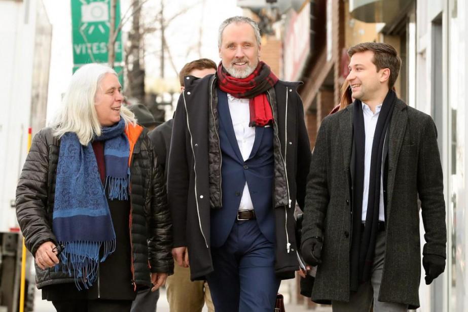 Vincent Marissal (au centre) en compagnie des porte-parole... (PHOTO ROBERT SKINNER, LA PRESSE)