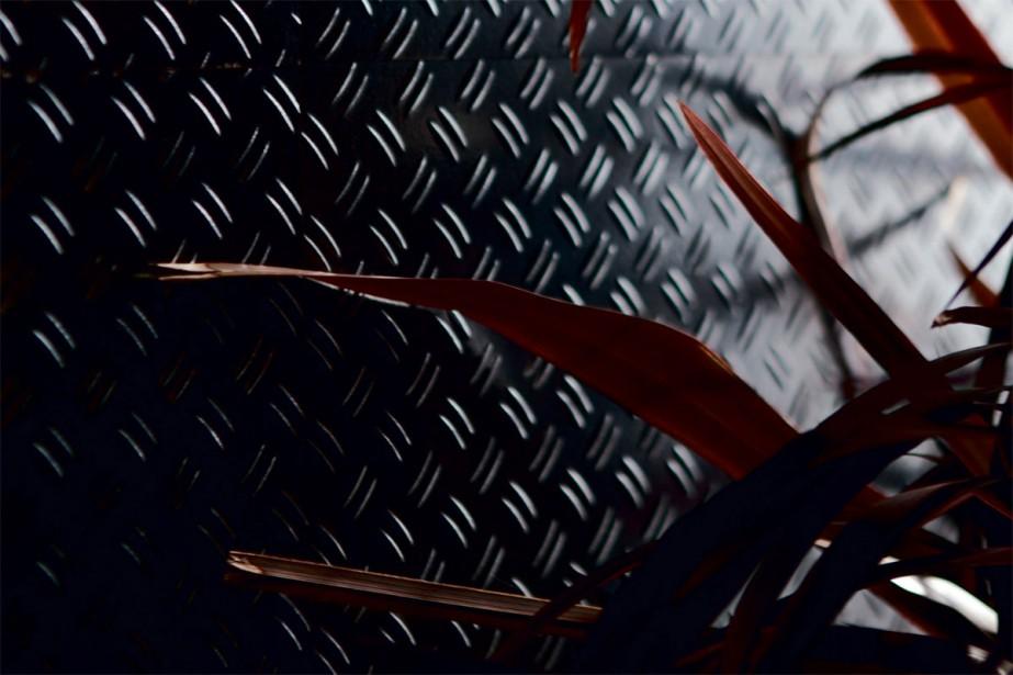 Céramique: Ce mur texturé au fini métallique... est en fait couvert de carreaux de porcelaine de la collection Diesel Stage. «C'est moins intense si on en met seulement sur un mur d'accent, souligne Stéphanie Bénard, de chez Ciot. Cela donne un style à la pièce, au lieu de peindre.» | 4 avril 2018