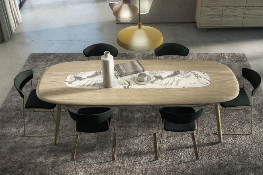 Mobilier: La table, les chaises et le buffet, conçus par trois designers différents, s'inspirent du mouvement Art déco, où l'on voyait l'amalgame de bois, de marbre et de laiton, indique Joël Dupras, directeur artistique chez Huppé, à Victoriaville. Le plateau de la table est encastré dans une structure d'acier. Les quatre pattes en acier laqué, effet laiton, ont des embouts en bois. Les pattes du buffet ont aussi un effet laiton pour plus de légèreté. | 4 avril 2018