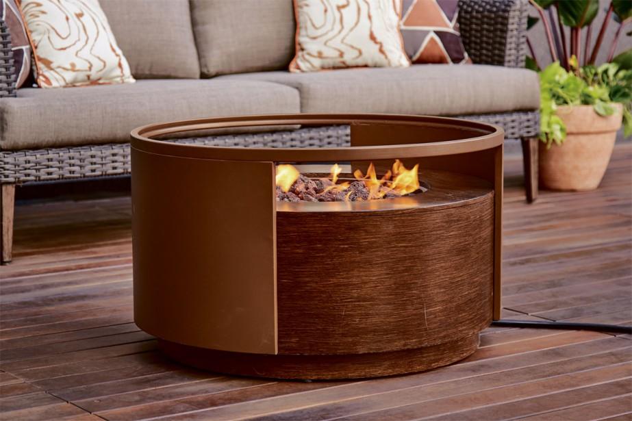 Accessoires: Les foyers extérieurs au gaz sont de plus en plus populaires, permettant de demeurer dehors lorsqu'il fait plus frais en soirée. De style contemporain, le modèle Granville, de Canvas, allie un fini classique en bois et un cadre métallique, pour assurer une meilleure durabilité. Environ 500 $. | 4 avril 2018