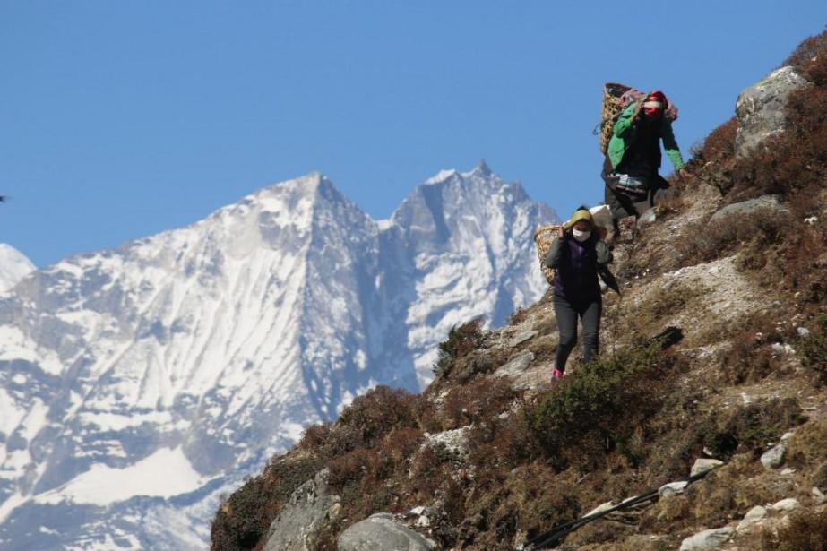 Des porteuses transportent de lourdes charges sur des... (Photo Sylvain Sarrazin, La Presse)