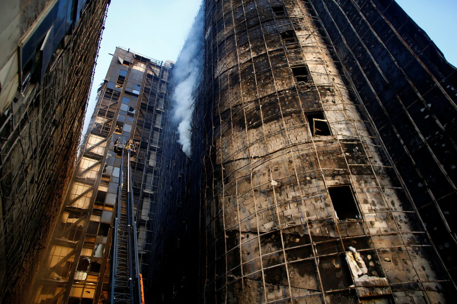L'incendie s'est déclenché dans les étages supérieurs du... (PHOTO REUTERS)