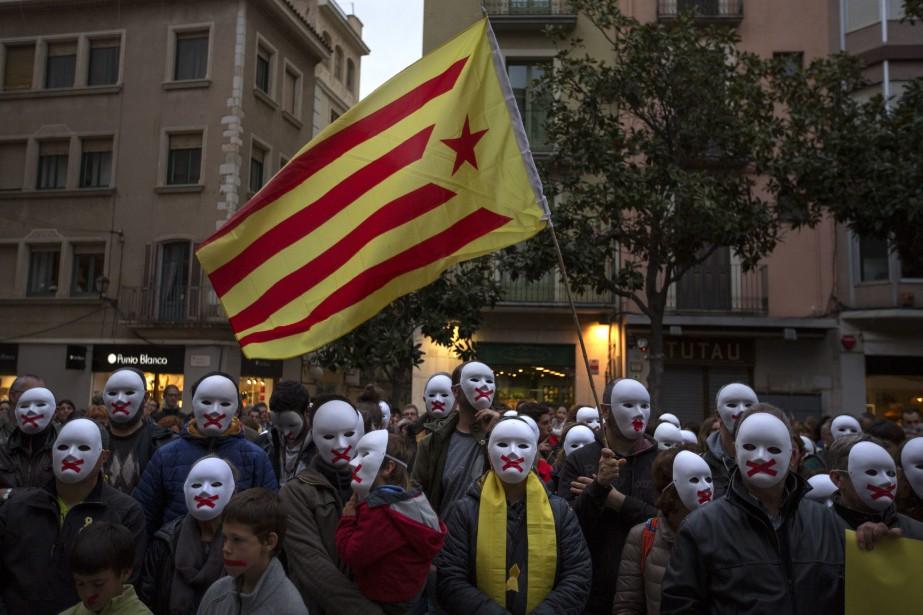 Des manifestants pro-indépendance marchent dans les rues deFigueras,... (PHOTO AP)