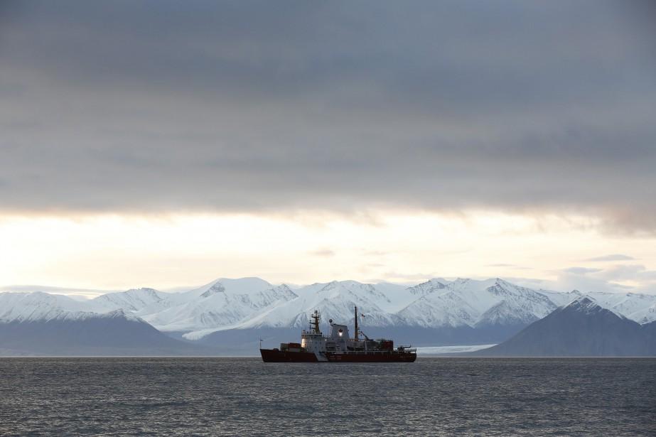 Le navire de la guarde côtière Des Groseillierspatrouille... (PHOTO ARCHIVES REUTERS)