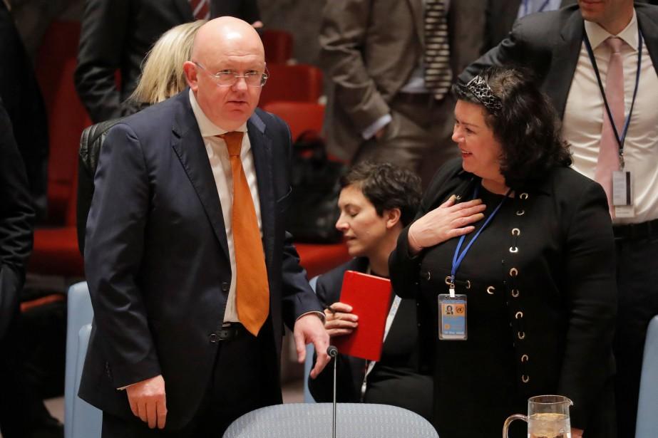 L'ambassadeur russe à l'ONU Vassily Nebenzia et sa... (PHOTO REUTERS)