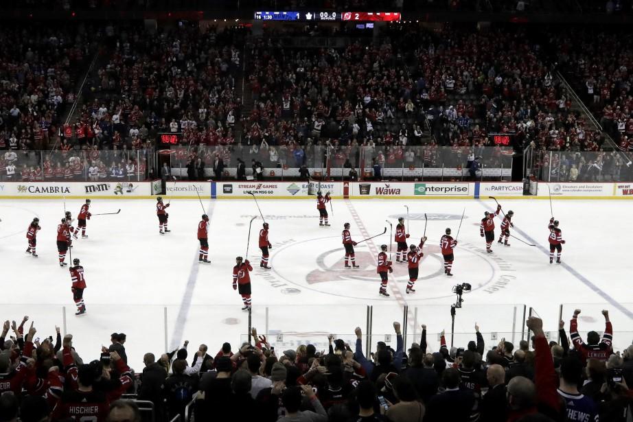 Les joueurs des Devils saluent leurs partisans à... (PHOTO Julio Cortez, AP)