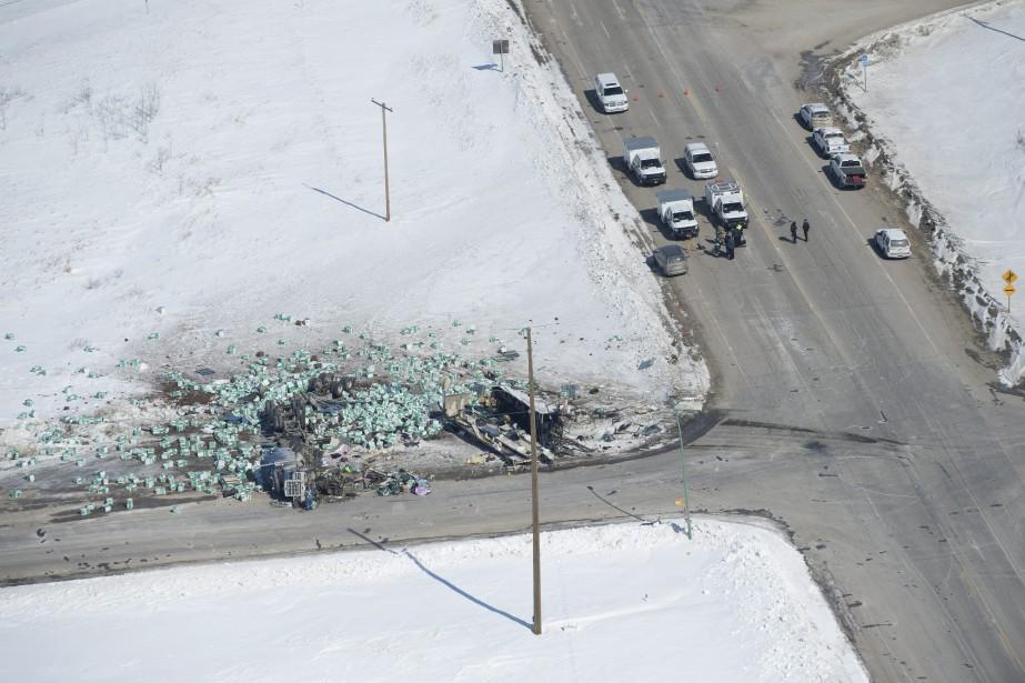 La collision entre l'autocar et un camion semi-remorque... (photo Jonathan Hayward, LA PRESSE CANADIENNE)