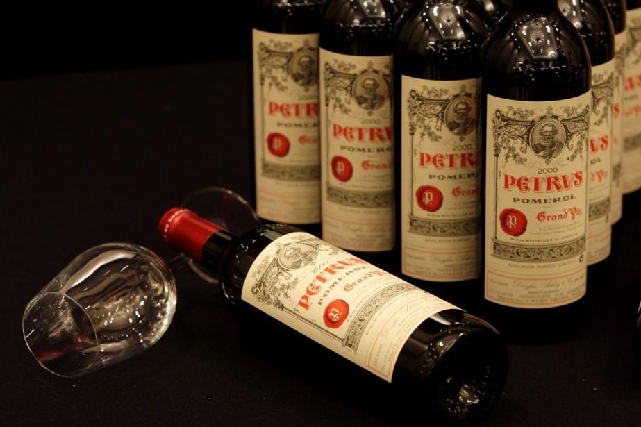 Des bouteilles de Château Petrus 2000... (Photo archives AP)