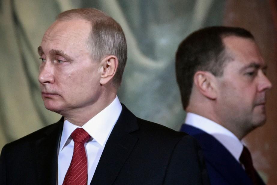 Vladimir Poutine et le premier ministre russe Dmitry... (archives AFP)