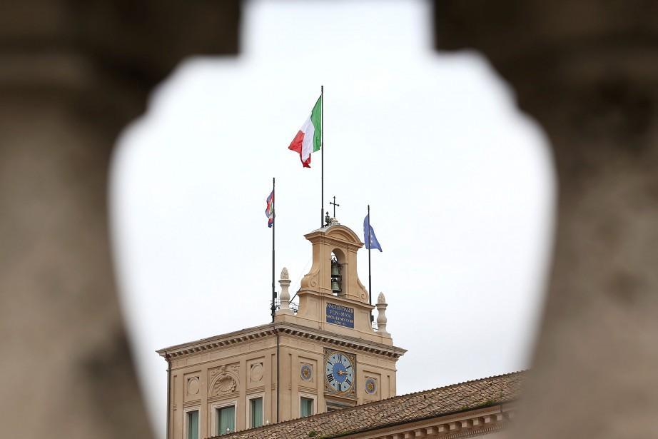Le drapeau italien flotte au dessus du Palais... (PHOTO Alessandro Bianchi, ARCHIVES REUTERS)