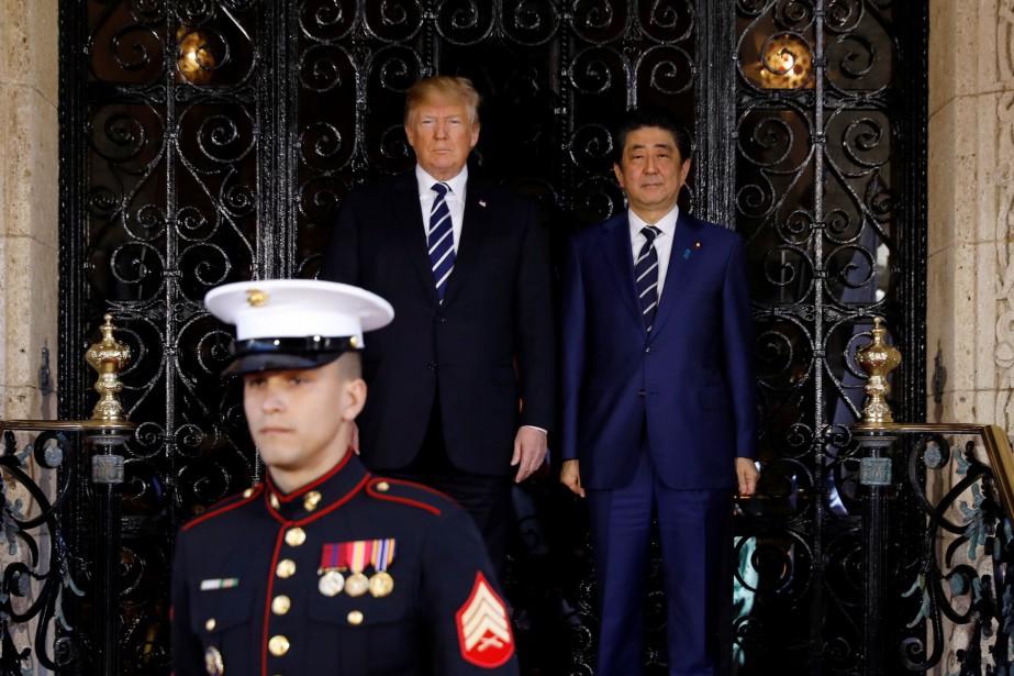 Donald Trump a accueilli le premier ministre japonais... (REUTERS)