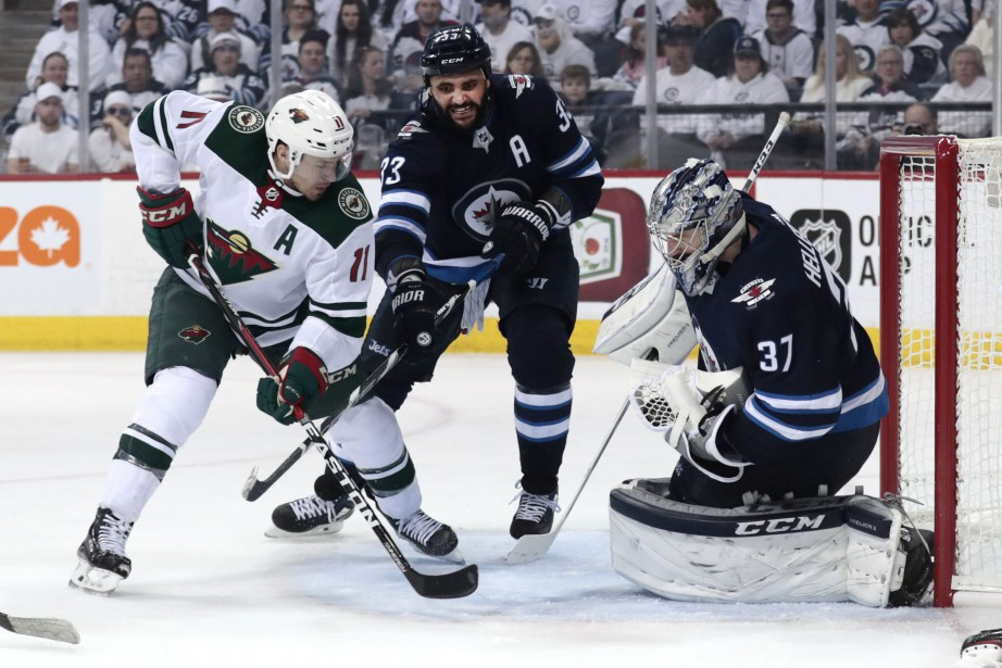 Zach Parise menace le gardien des Jets lors... (PHOTO REUTERS)