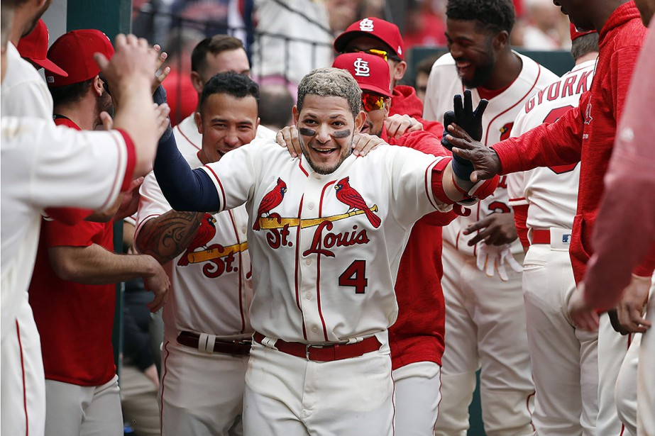 Yadier Molina (4) des Cardinals a rompu l'égalité... (Jeff Roberson, AP)