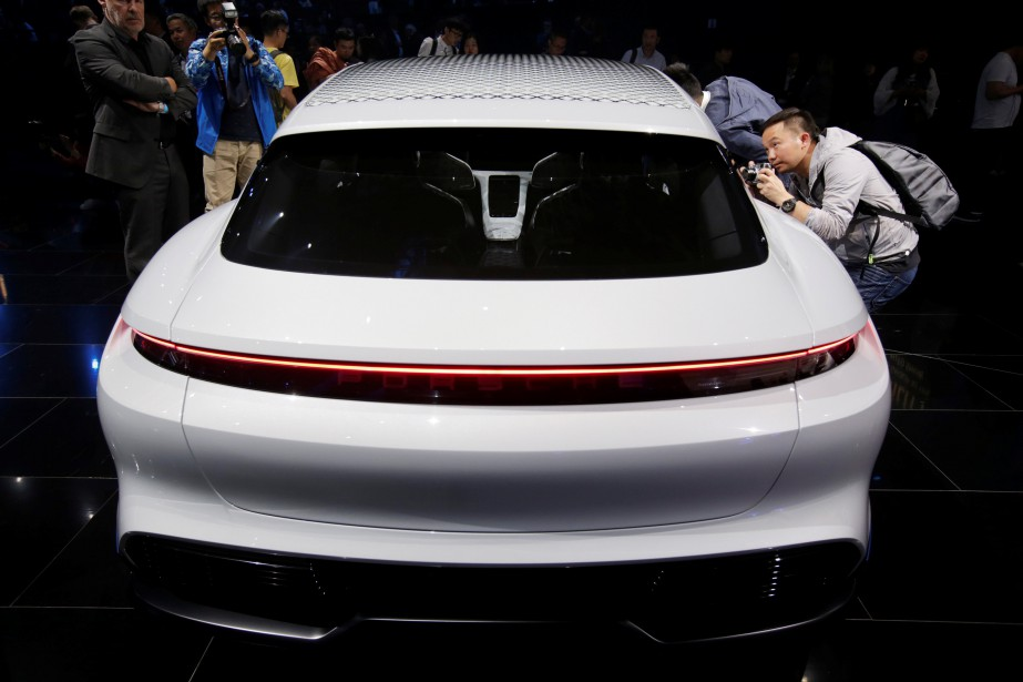 Une Porsche Mission E Cross Turismo en montre lors d'un événement de presse ce matin.<br /><br /> (REUTERS)