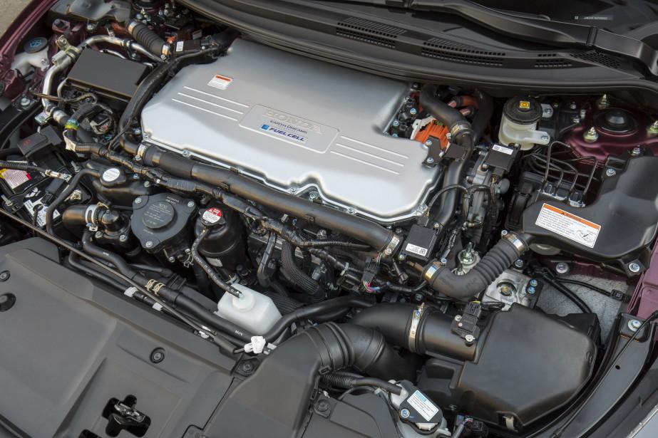 La quincaillerie sous le capot avant, composée de la pile à combustible et du moteur électrique, prend également beaucoup d'espace, un volume équivalant à celui d'un V6 de 3,5L. ()